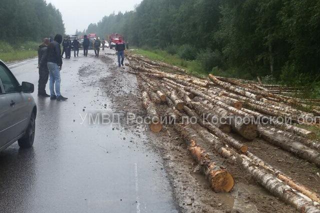 Крепление лесовоза не выдержало.