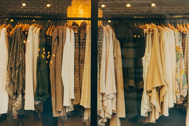 Вместо платья можно подобрать модный лук – плиссированную юбку средней длины или макси со струящимся атласным топом или однотонной рубашкой