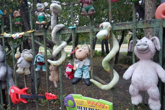 Половина игрушек на этой площадке намертво прибиты к забору и другим поверхностям.