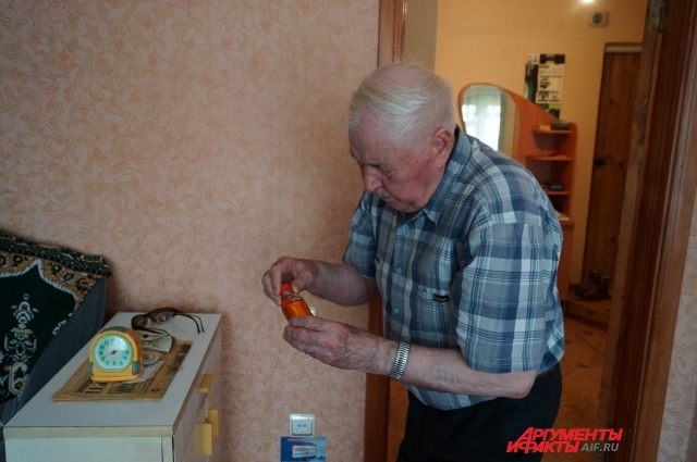 Сергей Андреевич проверяет, есть ли у него на завтра перцовая настойка для растирания