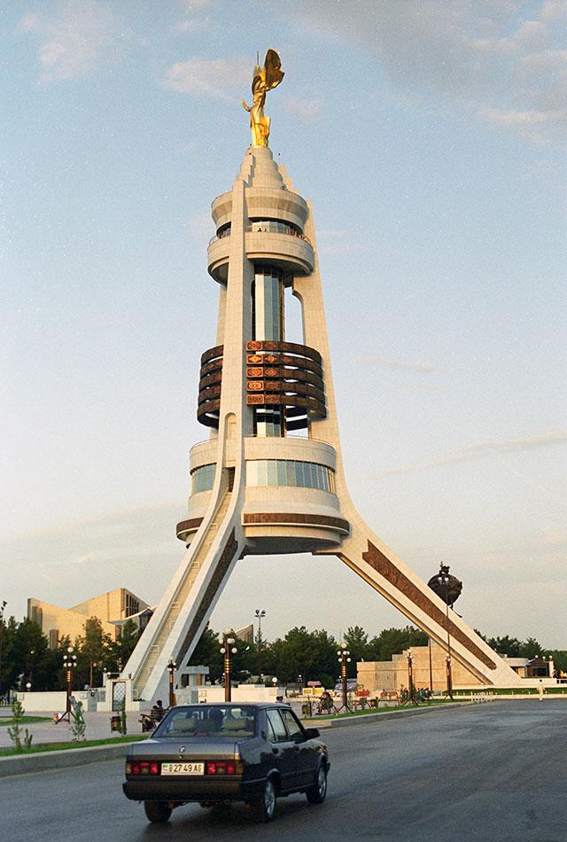14-метровая вращающаяся вслед за движением Солнца скульптура Туркменбаши Сапармурада Ниязова стоимостью 10 млн.долларов.