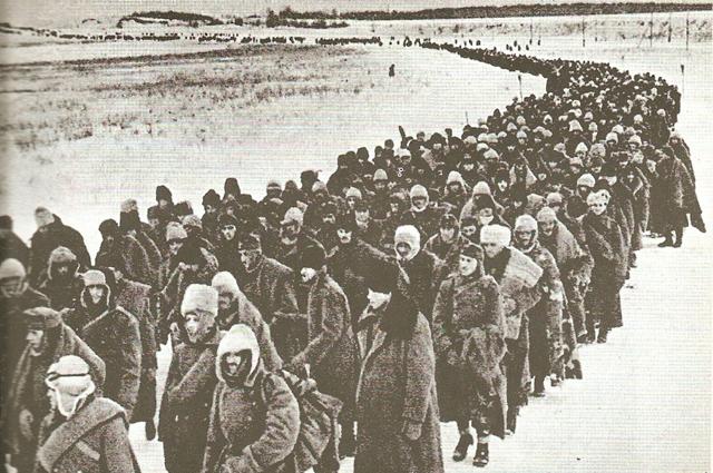 Колонна итальянских, румынских и немецких пленных, захваченных в ходе советского наступления (зима 1942-1943).