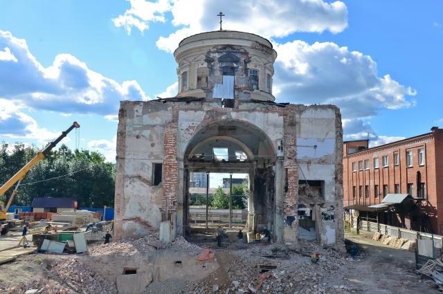 Изувеченный за годы бездействия Успенский собор сегодня приобрёл исторические очертания.