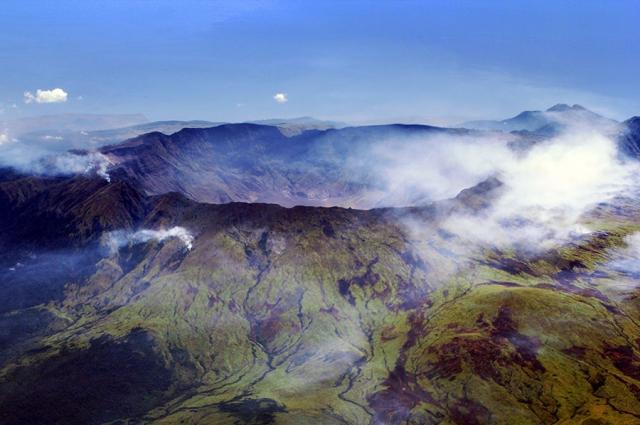 Вид с воздуха на кальдеру вулкана Тамбора.