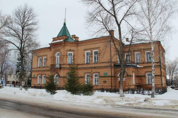 Здание детской школы искусство построено в 1901 году... и до сих пор в ней печное отопление.