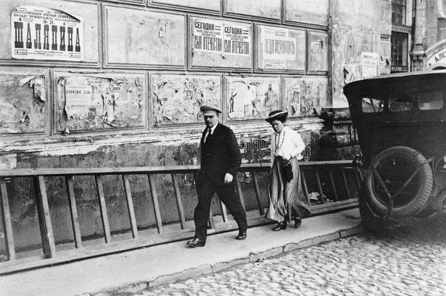 5 июля 1918 года. Ленин с сестрой Маняшей идут в Большой театр на V съезд Советов