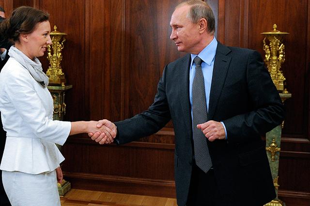 Владимир Путин и Анна Кузнецова, назначенная Уполномоченным при президенте по правам ребенка, во время встречи в Кремле.