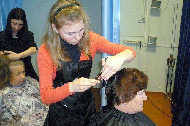 Екатерина Белова в Липецкой обл. делает пенсионерам стрижки.