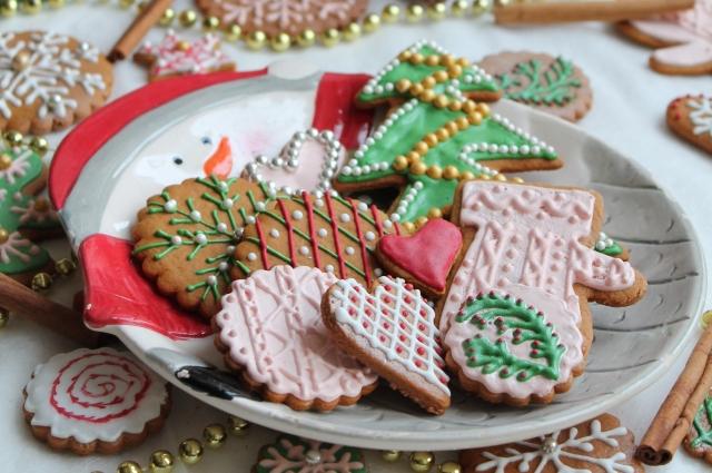 Имбирное печенье красочно украшают глазурью.
