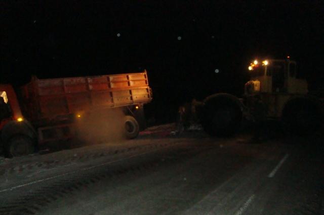 Водитель тяжёлого грузовика не смог справиться с управлением на скользкой трассе.