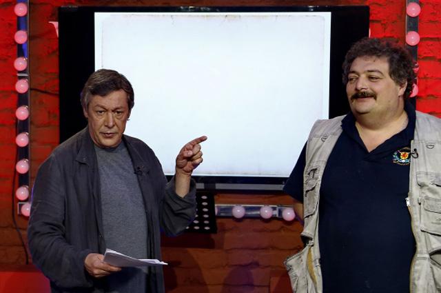 Актер Михаил Ефремов (слева) и поэт Дмитрий Быков во время прямого эфира ньюзикла Господин Хороший на телеканале Дождь