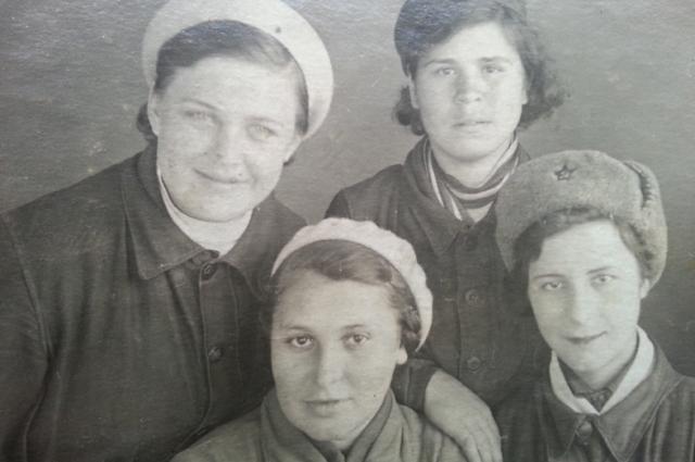 Анна Зеленцук (внизу слева) с подругами перед войной.