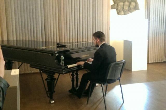 Посетители увидели новую коллекцию моды под аккомпанемент рояля.