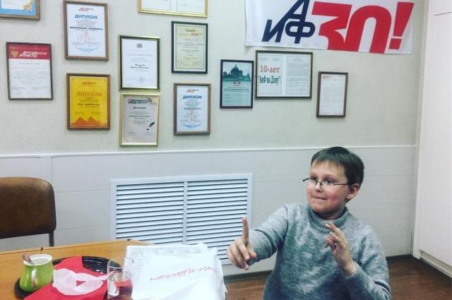 В радакции «АиФ на Дону» Миша даёт интервью и пьёт чай с пирожными.