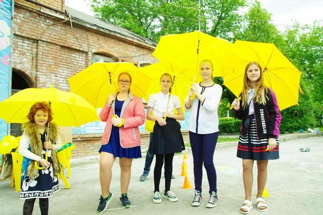 Яркие зонты от партнера добавляли всем солнечного настроения