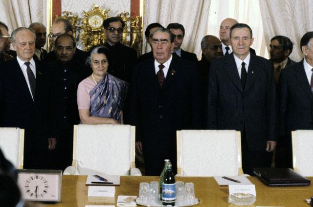 Перед началом советско-индийских переговоров в Кремле. В центре - Индира Ганди, (далее слева направо) Генеральный секретарь ЦК КПСС Л.И. Брежнев и министр иностранных дел СССР А.А. Громыко.