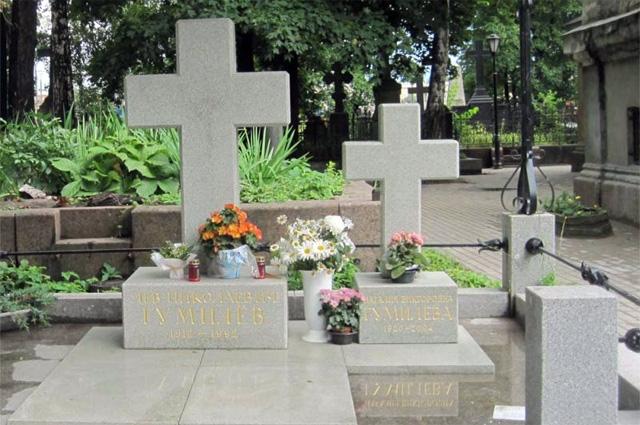 Могила Льва Гумилёва на Никольском кладбище Санкт-Петербурга.
