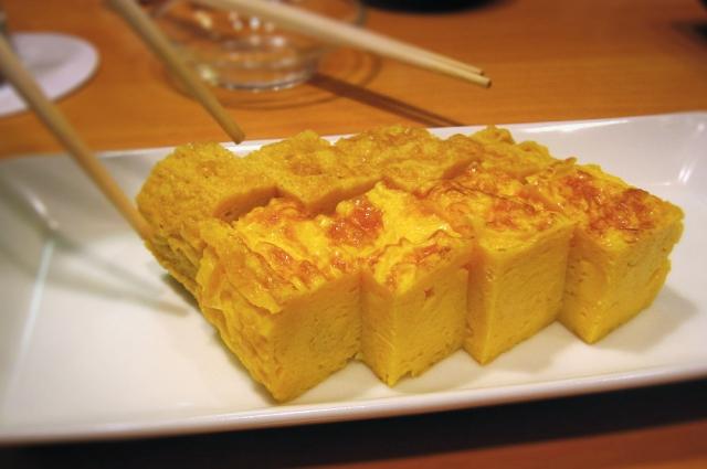 Тамагояки едят с васаби, соевым соусом и имбирем.