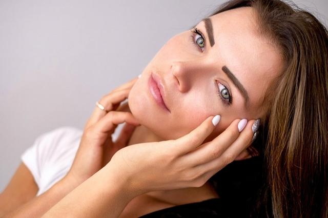 Визажист не рекомендует использовать яркие и темные тона при макияже.