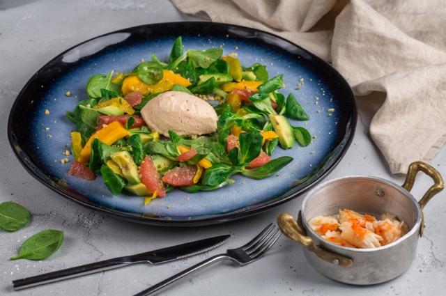 Салат с крабом и мороженым