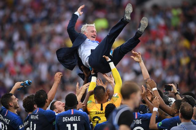 Игроки сборной Франции качают главного тренера сборной Франции Дидье Дешама.