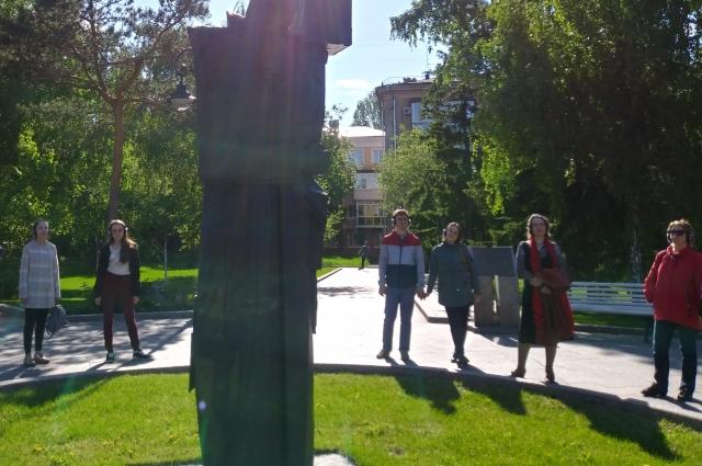 У памятника Достоевскому заканчивается спектакль.