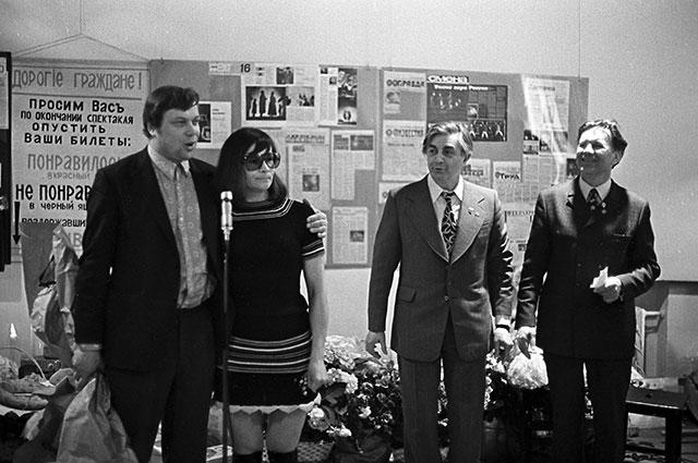 Юрий Любимов (второй справа), Николай Дупак (справа) и актриса Зинаида Славина. Театр на Таганке, 1974 г.