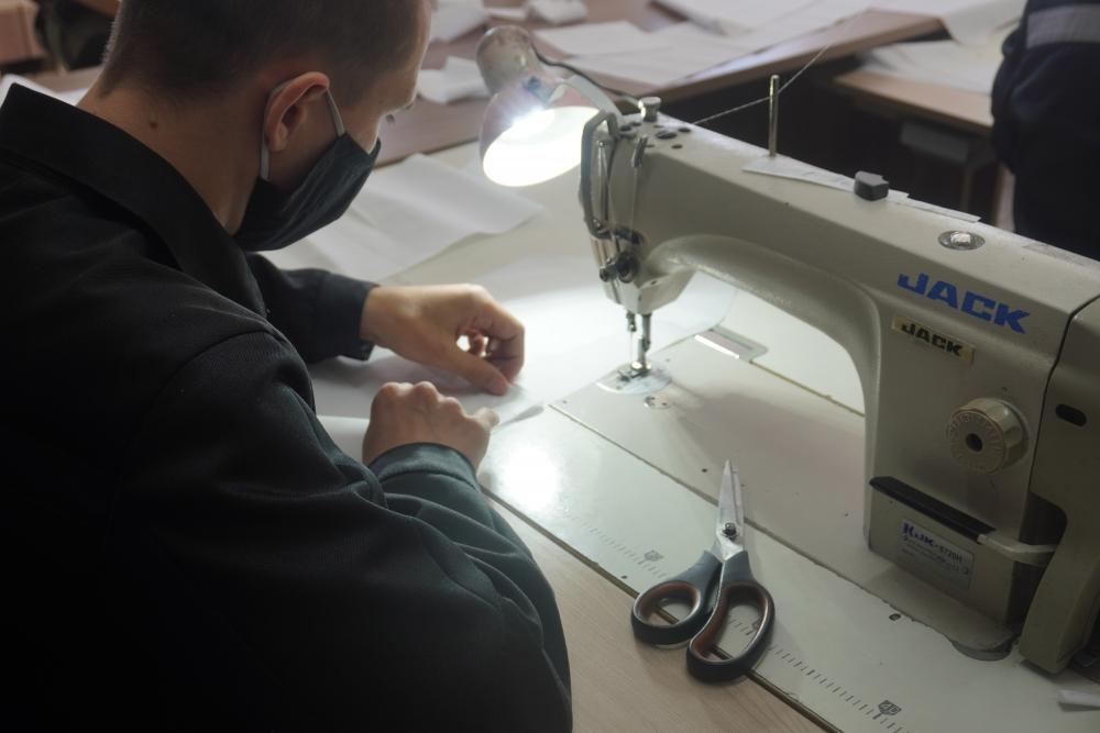 В швейном цеху работают 48 человек. Они изготавливают одежду для обслуживающего и медперсонала, средства индивидуальной защиты, спецодежду, постельное белье.
