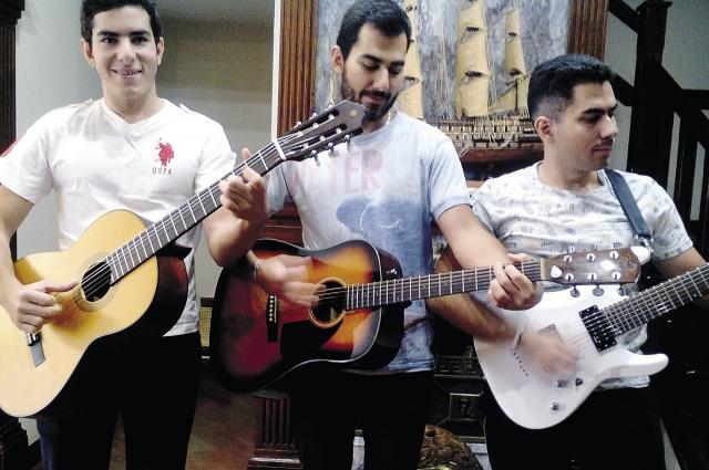 Родным дарят настоящие концерты оркестром из трёх гитар.