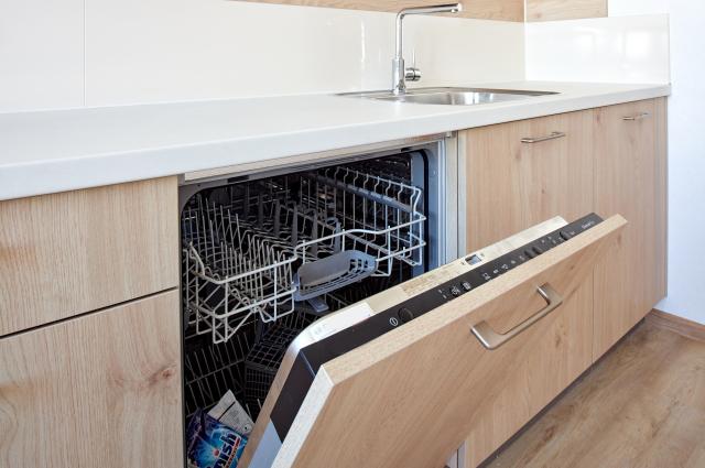 Скоро новосёлы смогут переезжать вполностью меблированную иоснащённую техникой квартиру.