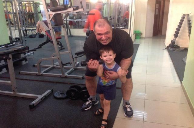 Сына Сергей тоже приучает к спорту.