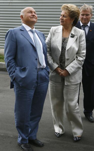 Юрий Лужков и Людмила Швецова во время посещения городской клинической больницы им. Боткина