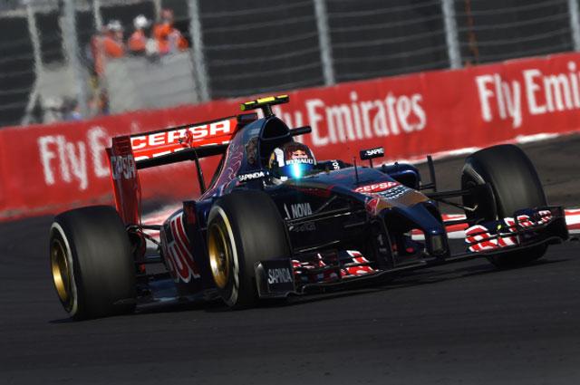 Гонщик команды Торо Россо Даниил Квят принимает участие в гонке на российском этапе чемпионата мира по кольцевым автогонкам в классе Формула-1