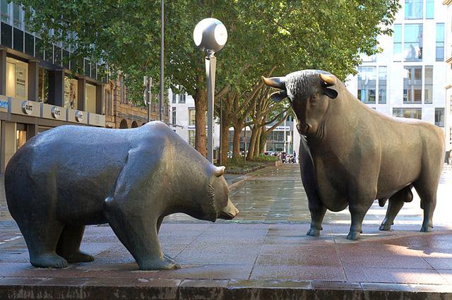 Медведь и бык перед зданием Франкфуртской биржи