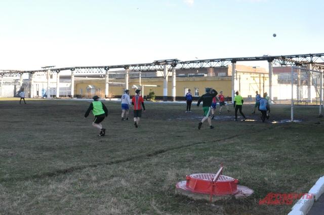 Владимир Ивлев мечтает, что когда-нибудь в колонии на футбольном поле будет отличный газон - высотой в 4 см