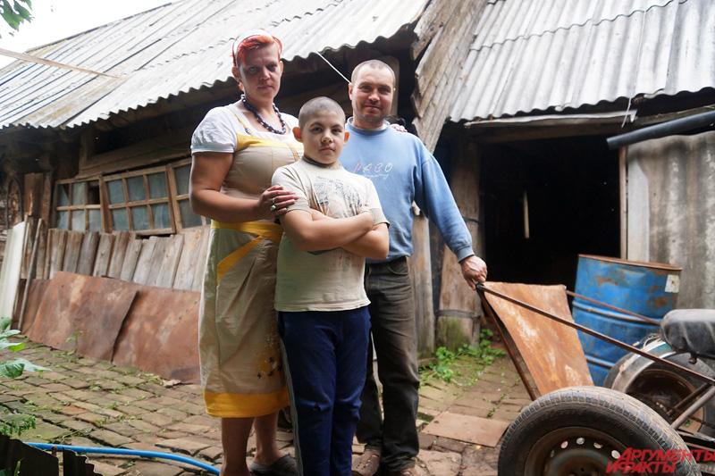 Валера вместе с семьей в родном селе.