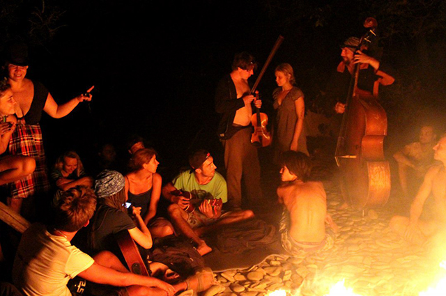 Каждый день большой костёр на третьей лагуне собирает местных жителей