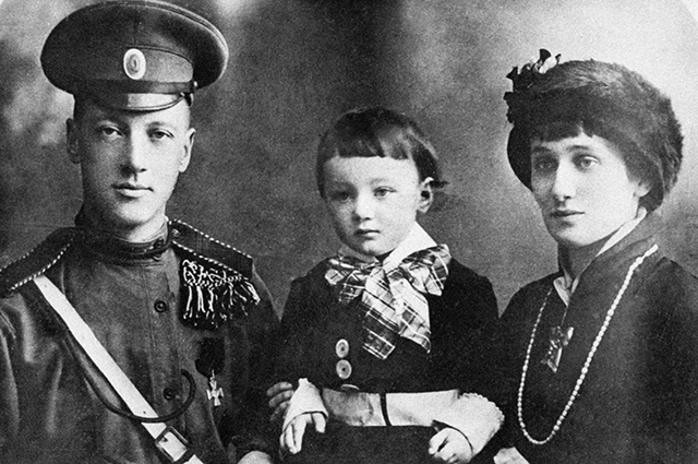 Николай Гумилев, Анна Ахматова и их сын Лев, 1915 год.
