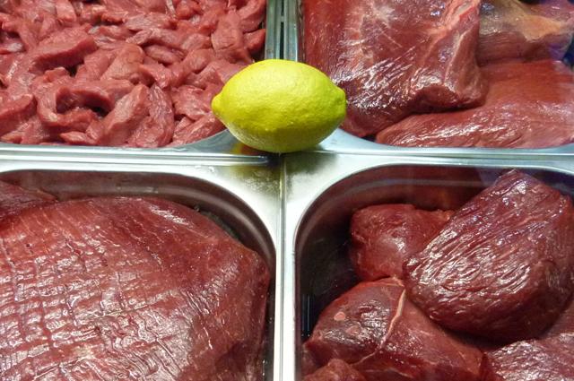 Опасно употреблять плохо обработанное мясо и сырую рыбу.