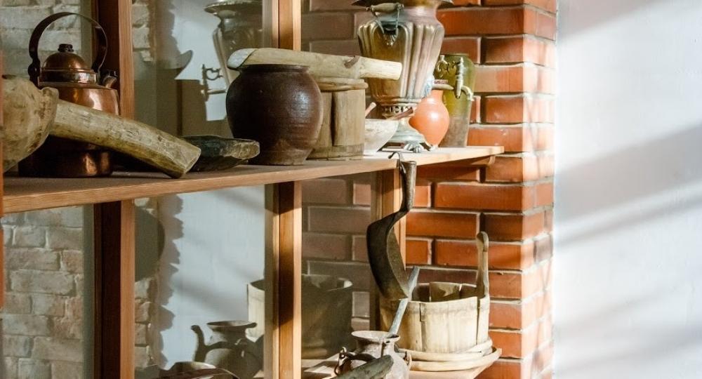 Для интерьера музея собирали раритетную мебель и утварь.
