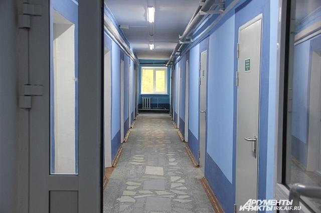 Коридоры боестят свежей краской, в каждой комнате установлены новые двери.