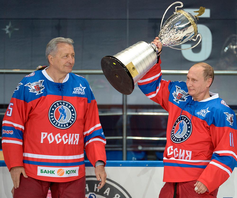 Владимир Путин (справа) и Александр Якушев (слева) после матча между сборной командой чемпионов Ночной хоккейной лиги (НХЛ) исборной Правления ипочетных гостей Ночной хоккейной лиги (НХЛ).
