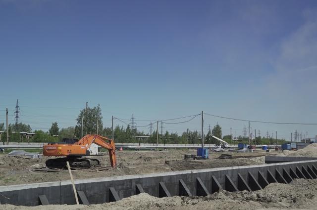 Стройплощадка занимает огромное пространство.