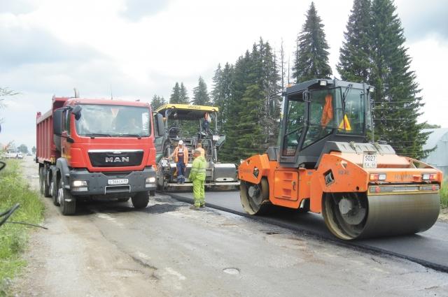 На первом этапе ремонта на ул. Успенской закрывают неровности дороги.