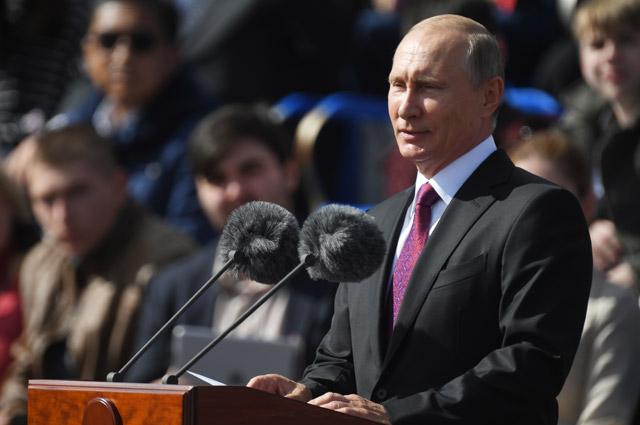 Президент РФ Владимир Путин выступает на торжественной церемонии открытия Дня города на Красной площади в Москве.