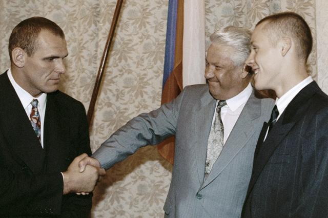 Президент России Борис Ельцин и победители летних Олимпийских игр в Барселоне пловец Евгений Садовый (справа) и борец Александр Карелин (слева), 1992 г.