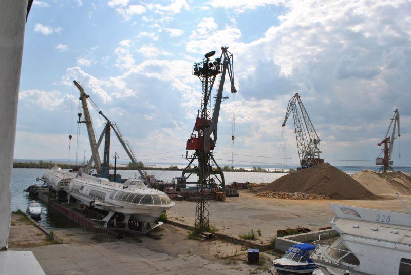"""Ульяновский порт - самый северный на Волге, куда могут заходить суда типа """"река-море"""". Порезать на металлолом """"метеоры"""" у руководства рука не поднимается. Так и стоят, как памятники эпохе."""