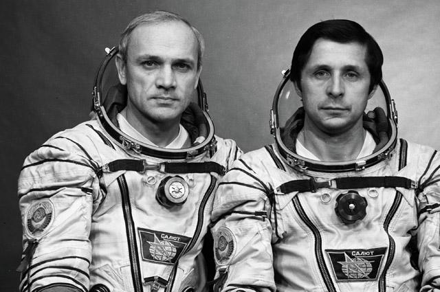Экипаж космического корабля «Союз Т-13» Владимир Джанибеков иВиктор Савиных.