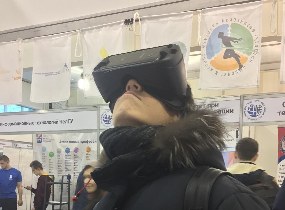 Челябинские школьники увидели кампусы СФУ при помощи очков виртуальной реальности.