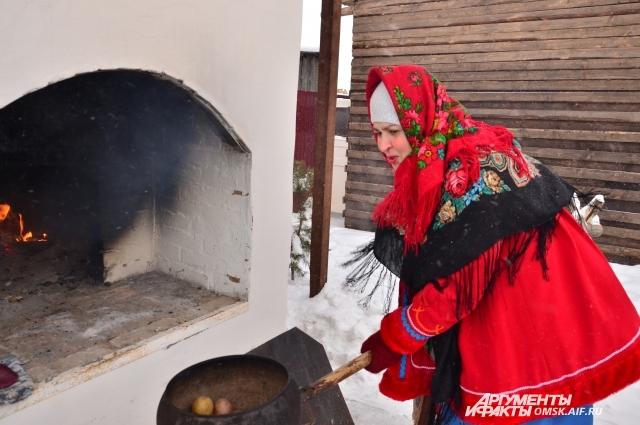 Картошка для гостей запекается в русской печке.